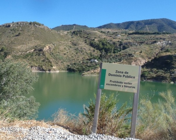 Some lakes had signs by them but unfortunately my Spanish lessons couldnt help me work out what they said (Hola, Me llamo digger, Me gusta la cerveza, but not whatever this sign says!) What you need is a picture.