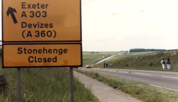Stonehenge 85 closed sign on A303